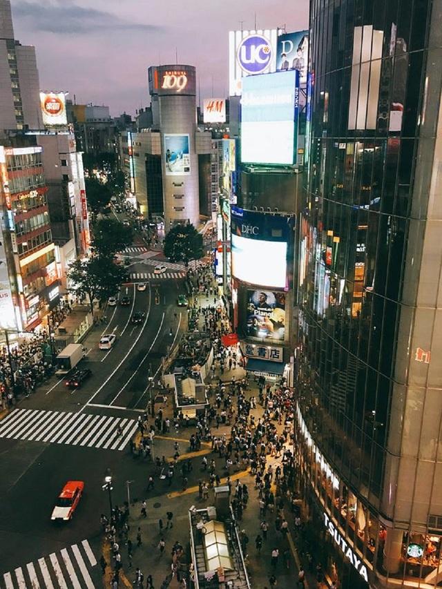 Người dân Nhật Bản đổ ra đường vào thời khắc giao thừa.