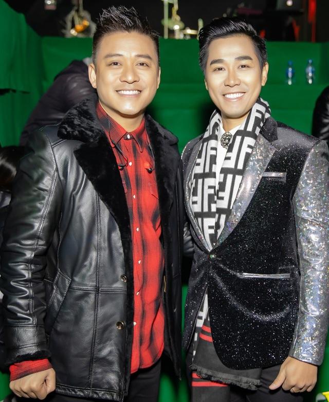 Đảm nhiệm vai trò MC trong bữa tiệc quy tụ dàn sao Việt gồm Tiên Tiên, Noo Phước Thịnh, Tuấn Hưng và trưởng nhóm Westlife, nam MC Nguyên Khang không giấu được sự phấn khích.