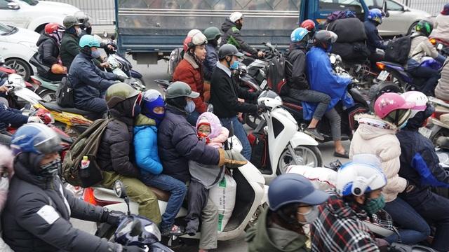 Nhiều xe máy lỉnh kỉnh đồ đạc, đèo bòng trẻ nhỏ trở lại thành phố