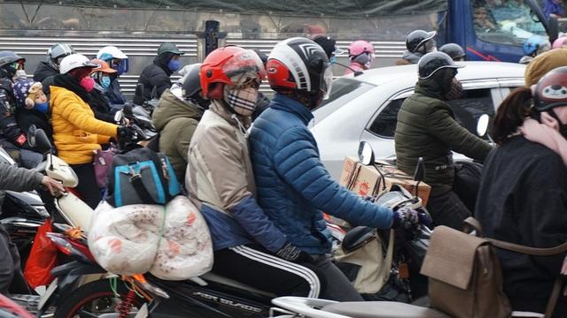 """Người, xe lại """"chôn chân"""" trên đường trở lại Hà Nội sau đợt nghỉ lễ - 13"""