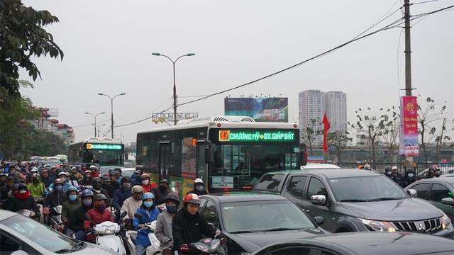 """Người, xe lại """"chôn chân"""" trên đường trở lại Hà Nội sau đợt nghỉ lễ - 11"""