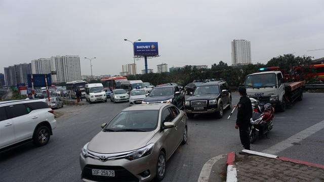 Tại đầu cao tốc Pháp Vân - Cầu Giẽ, lực lượng chức năng không cho phương tiện đi thẳng để vào nội thành mà buộc phải rẽ phải một đoạn mới được quay đầu nhằm tránh ùn tắc tại nút giao với đường Giải Phóng.