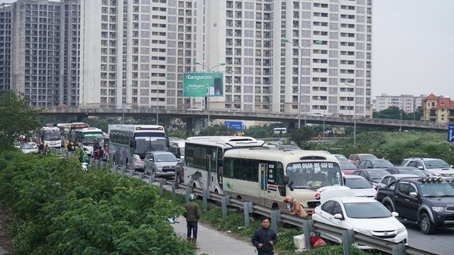 Cao tốc Pháp Vân - Cầu Giẽ đoạn nút giao gần bến xe Nước Ngầm ùn tắc kéo dài theo chiều về nội thành Hà Nội.