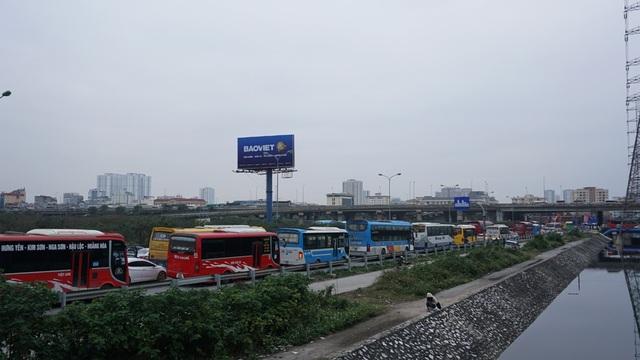 """Người, xe lại """"chôn chân"""" trên đường trở lại Hà Nội sau đợt nghỉ lễ - 6"""