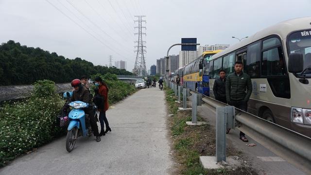 Tắc đường trên cao tốc Pháp Vân - Cầu Giẽ nên một số người đi xe khách đã xuống ô tô để bắt xe ôm về nơi ở.