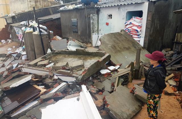 Bà gái chua xót nhìn ngôi nhà mình sinh sống bị sóng lớn hủy hoại