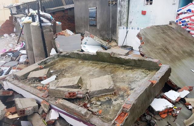 Nhiều mảnh tường bê tông vững chắc vỡ vụn