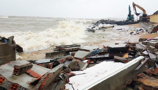 Triều cường, sóng lớn lại đánh sập nhà dân ở Phú Yên! - 6