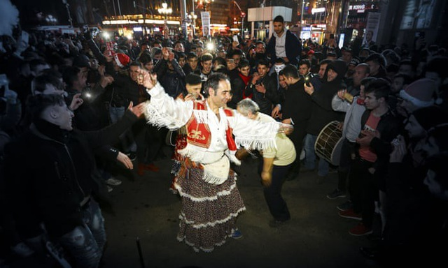 Người dân Thổ Nhĩ Kỳ nhảy múa đón năm mới tại Ankara. (Ảnh: Getty)