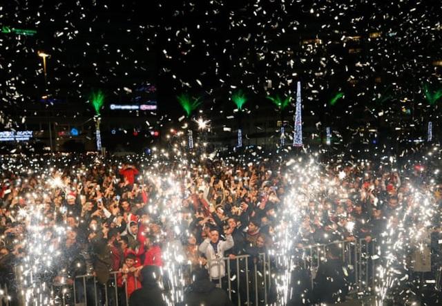 Sự kiện đón năm mới ngoài trời tại Izmir, Thổ Nhĩ Kỳ thu hút đông đảo người dân tham gia. (Ảnh: Getty)