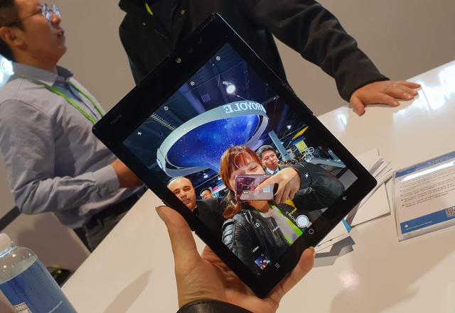 Cận cảnh chiếc smartphone có thể gập được đầu tiên trên thế giới - Ảnh 10.