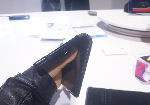 Cận cảnh chiếc smartphone có thể gập được đầu tiên trên thế giới - Ảnh 4.
