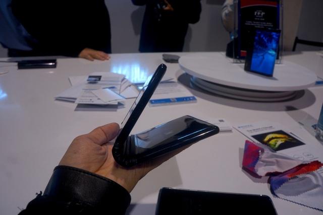 Cận cảnh chiếc smartphone có thể gập được đầu tiên trên thế giới - Ảnh 5.