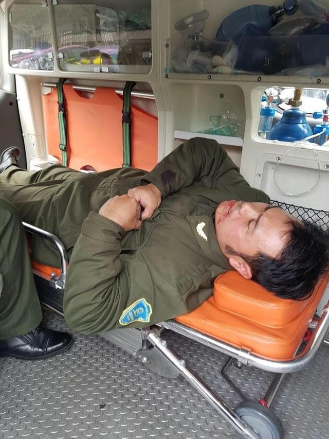 Nhân viên an ninh sân bay Nội Bài bị đối tượng cò mồi taxi dù hành hung - Ảnh 3.