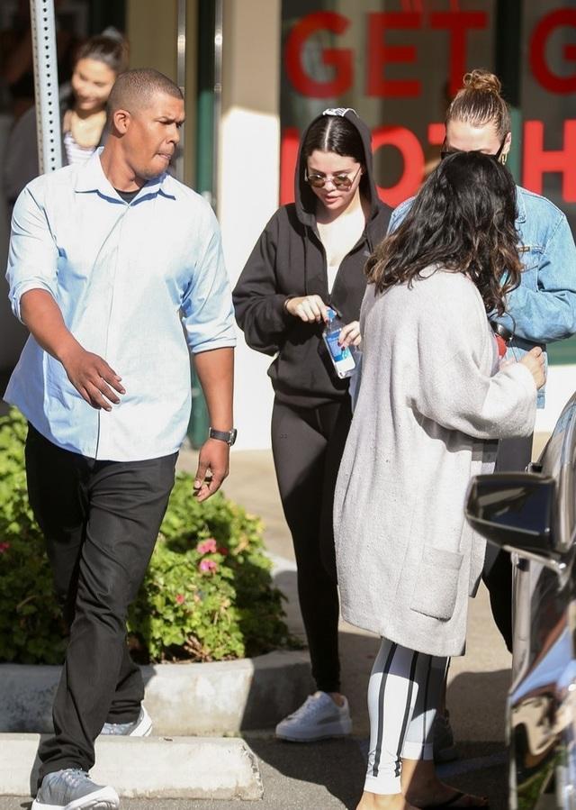 Bỏ qua Justin Bieber, Selena Gomez hạnh phúc bên gia đình và bạn bè - Ảnh 9.