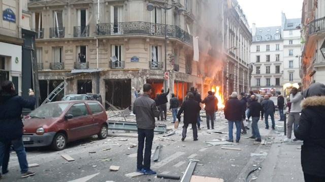 Cảnh tượng đổ nát sau vụ nổ khiến 4 người chết tại Paris - Ảnh 2.