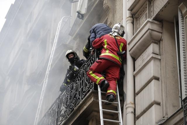 Cảnh tượng đổ nát sau vụ nổ khiến 4 người chết tại Paris - Ảnh 9.