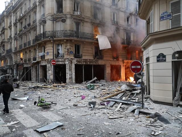 Cảnh tượng đổ nát sau vụ nổ khiến 4 người chết tại Paris - Ảnh 10.