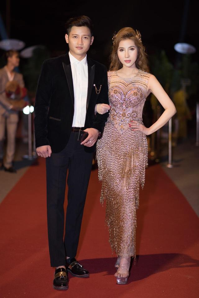 Á hậu Thanh Tuyền xuất hiện lộng lẫy bên chồng - Ảnh 1.