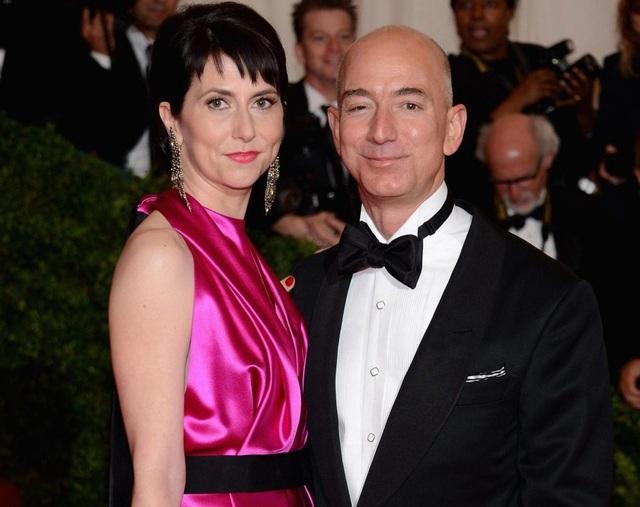 Tỷ phú giàu nhất thế giới và người tình bị bắt gặp hôn nhau trong nhà hàng - Ảnh 2.