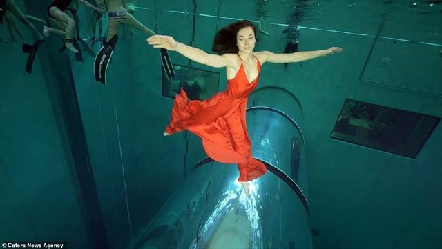 Kỷ lục nhảy múa dưới nước không đeo mặt nạ oxy… lâu nhất thế giới - Ảnh 2.