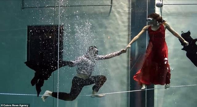Kỷ lục nhảy múa dưới nước không đeo mặt nạ oxy… lâu nhất thế giới - Ảnh 3.