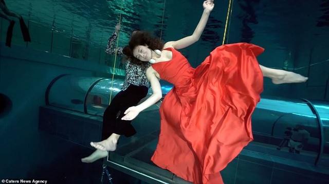 Kỷ lục nhảy múa dưới nước không đeo mặt nạ oxy… lâu nhất thế giới - Ảnh 5.