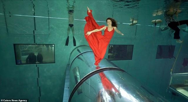 Kỷ lục nhảy múa dưới nước không đeo mặt nạ oxy… lâu nhất thế giới - Ảnh 6.