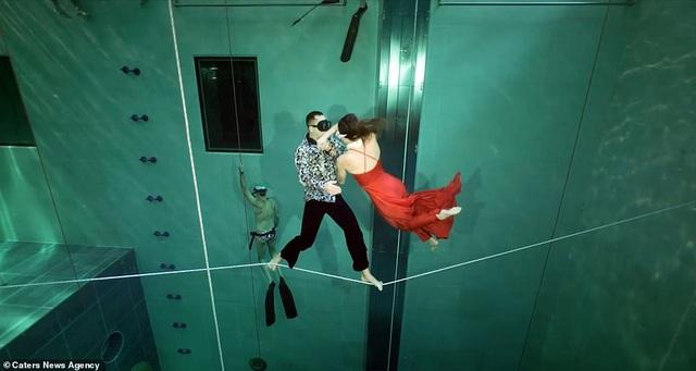 Kỷ lục nhảy múa dưới nước không đeo mặt nạ oxy… lâu nhất thế giới - Ảnh 7.