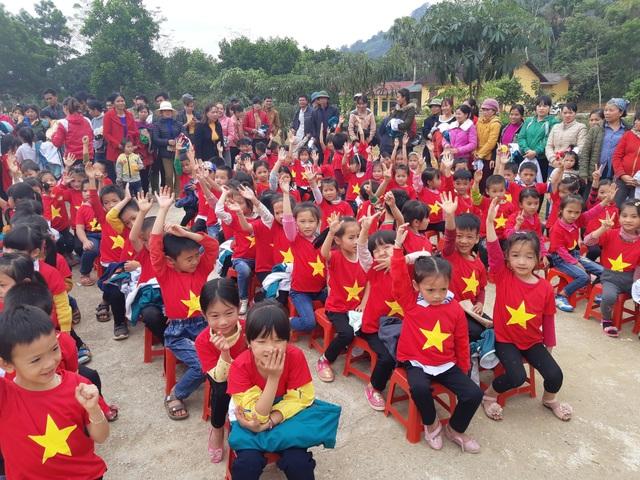 Báo Dân trí trao tặng 258 suất quà Tết đến học sinh miền núi tỉnh Tuyên Quang - Ảnh 5.