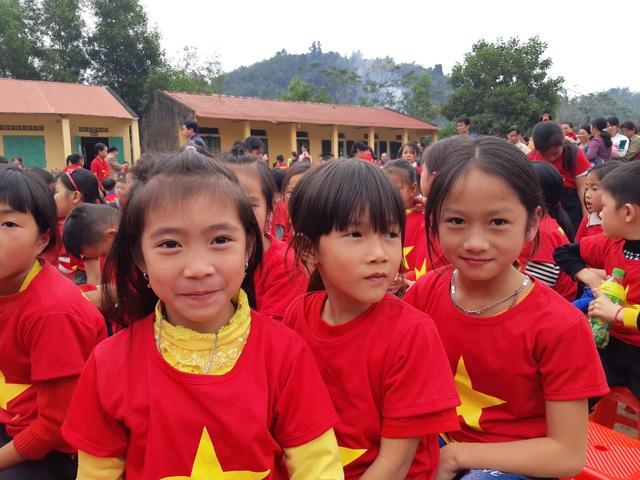 Báo Dân trí trao tặng 258 suất quà Tết đến học sinh miền núi tỉnh Tuyên Quang - Ảnh 6.