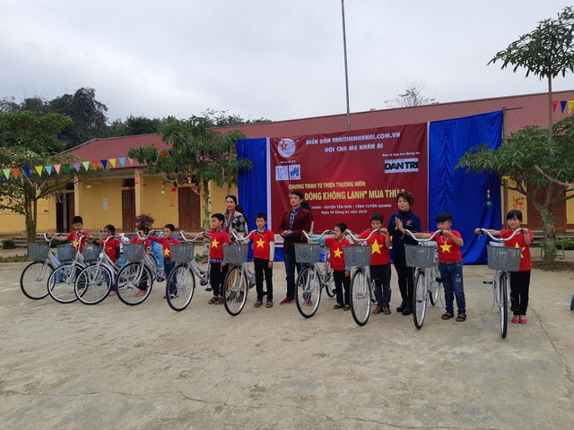 Báo Dân trí trao tặng 258 suất quà Tết đến học sinh miền núi tỉnh Tuyên Quang - Ảnh 3.