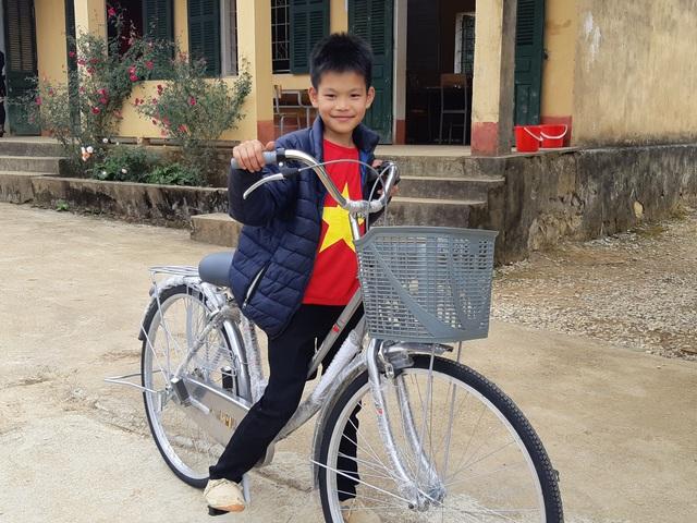 Báo Dân trí trao tặng 258 suất quà Tết đến học sinh miền núi tỉnh Tuyên Quang - Ảnh 7.