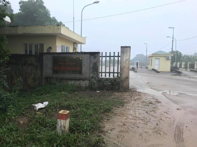 Hàng chục người dân vẫn bám trụ ngày đêm, chặn xe vào bãi rác Nam Sơn - Ảnh 9.