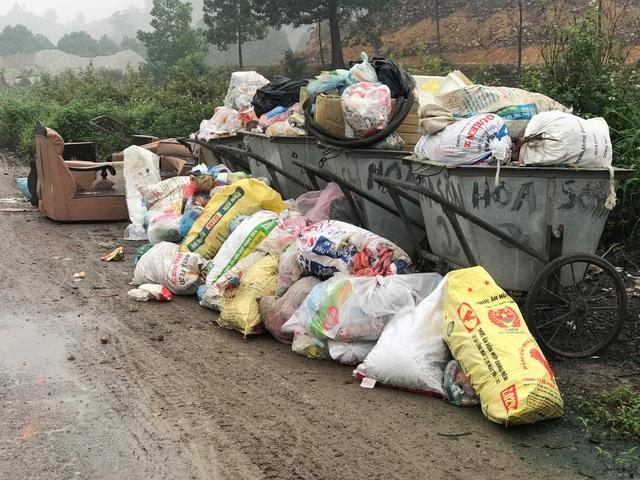 Hàng chục người dân vẫn bám trụ ngày đêm, chặn xe vào bãi rác Nam Sơn - Ảnh 10.
