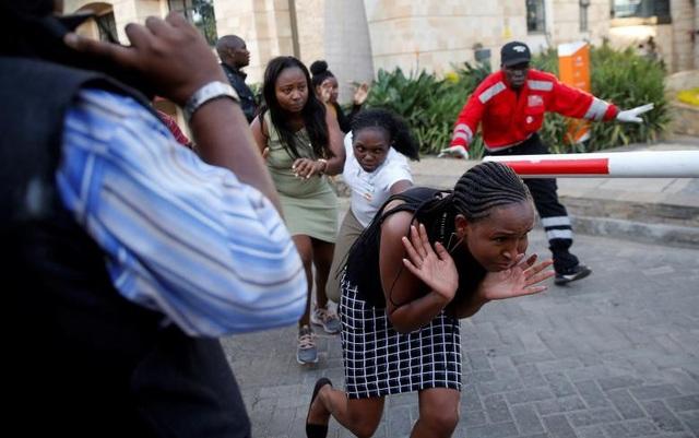 Khách sạn sang trọng chìm trong khói lửa do bị khủng bố, 15 người chết - Ảnh 10.