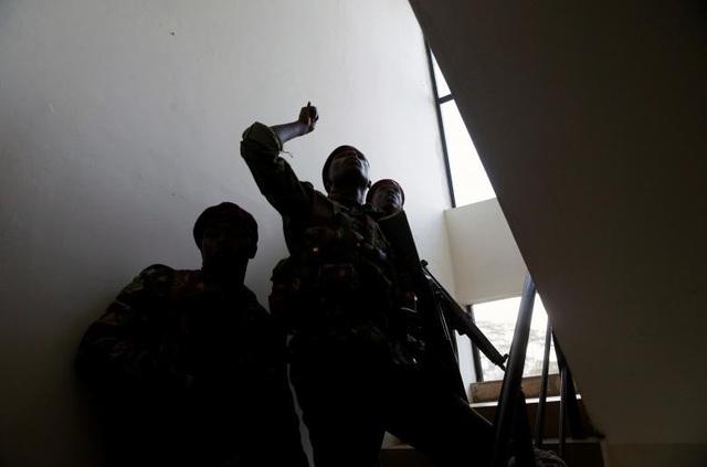 Khách sạn sang trọng chìm trong khói lửa do bị khủng bố, 15 người chết - Ảnh 12.