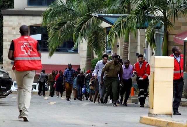 Khách sạn sang trọng chìm trong khói lửa do bị khủng bố, 15 người chết - Ảnh 5.