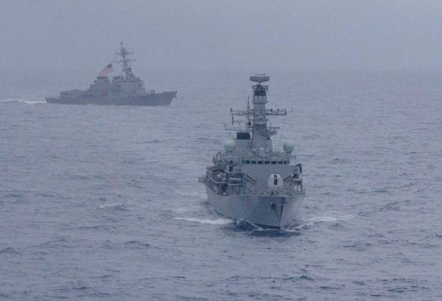 Hải quân Mỹ, Anh lần đầu tập trận chung ở Biển Đông - Ảnh 1.