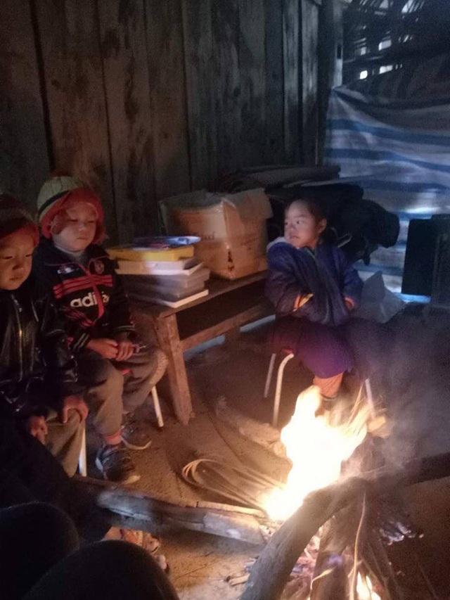 Xót xa hình ảnh học sinh mầm non ở vùng cao đốt lửa ngồi học cho đỡ rét - Ảnh 1.