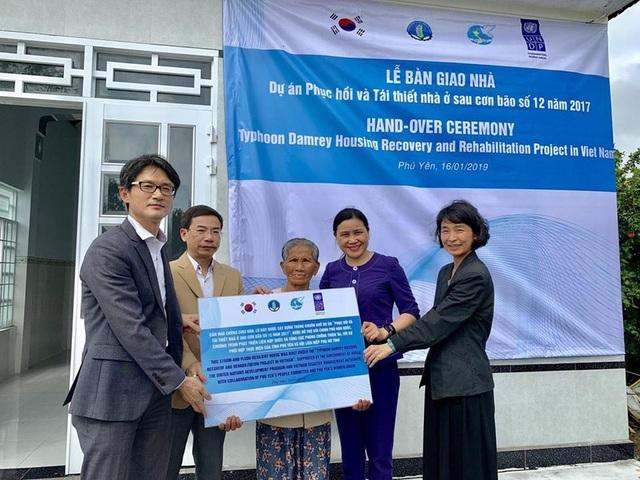 Hàn Quốc hỗ trợ xây nhà cho các gia đình Việt bị thiệt hại do bão Damrey  - Ảnh 1.