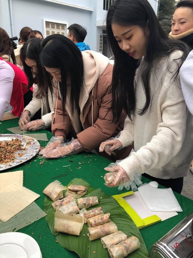 Sinh viên nước ngoài tưng bừng tham gia tìm hiểu phong tục Tết Việt - Ảnh 5.