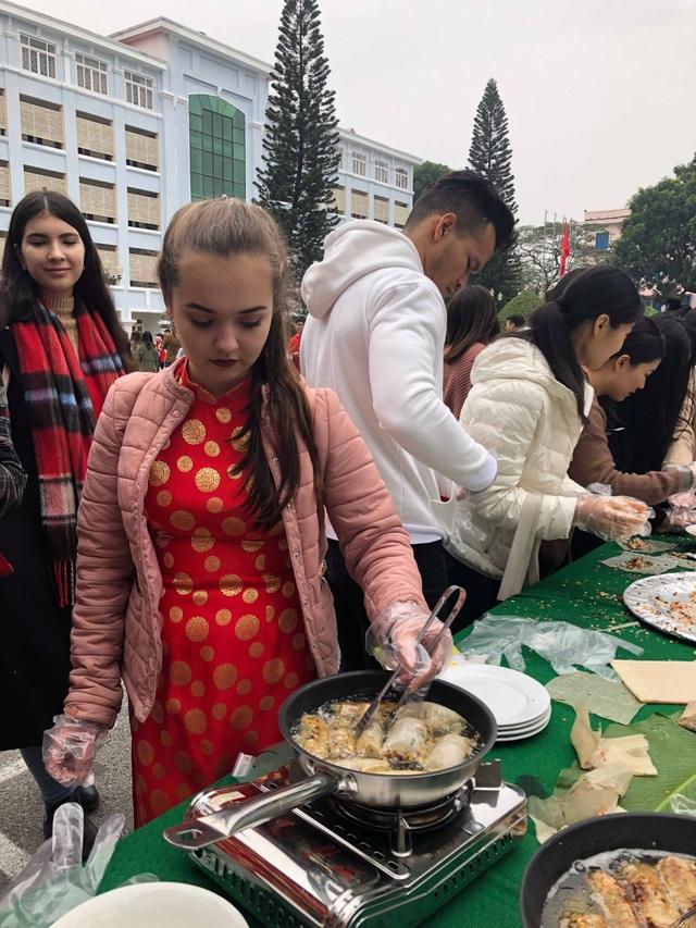 Sinh viên nước ngoài tưng bừng tham gia tìm hiểu phong tục Tết Việt - Ảnh 4.