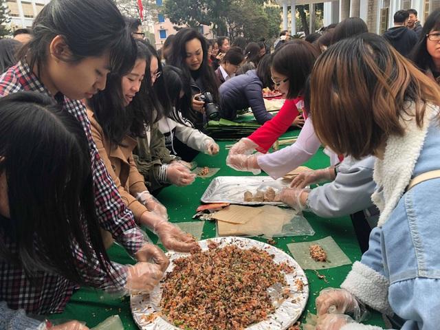 Sinh viên nước ngoài tưng bừng tham gia tìm hiểu phong tục Tết Việt - Ảnh 2.