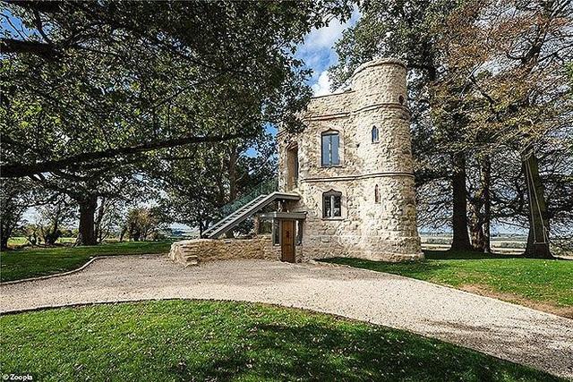 Cải tạo lâu đài bỏ hoang, cặp vợ chồng rao bán 25 tỷ đồng kiếm lời - Ảnh 2.