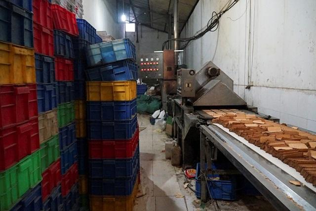 Đột kích dây chuyền làm bánh kẹo bẩn siêu rẻ ở ngoại thành Hà Nội - Ảnh 2.