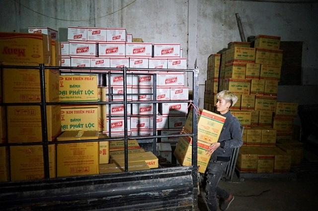 Đột kích dây chuyền làm bánh kẹo bẩn siêu rẻ ở ngoại thành Hà Nội - Ảnh 12.