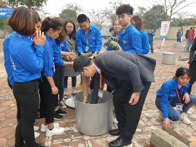 Sinh viên gói hơn 1.000 chiếc bánh chưng dành tặng những hoàn cảnh khó khăn  - Ảnh 13.