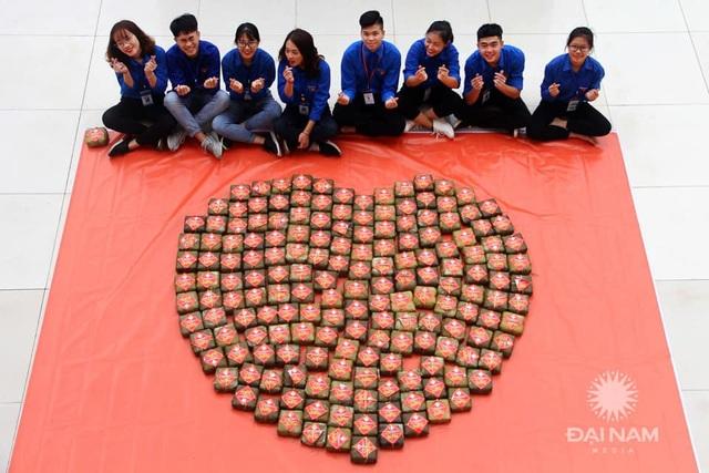Sinh viên gói hơn 1.000 chiếc bánh chưng dành tặng những hoàn cảnh khó khăn  - Ảnh 6.