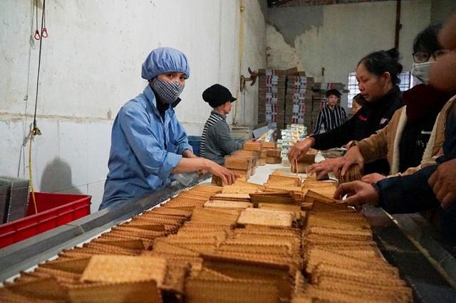 Đột kích dây chuyền làm bánh kẹo bẩn siêu rẻ ở ngoại thành Hà Nội - Ảnh 8.